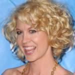blondine frisuren fuer lockiges haar kurz